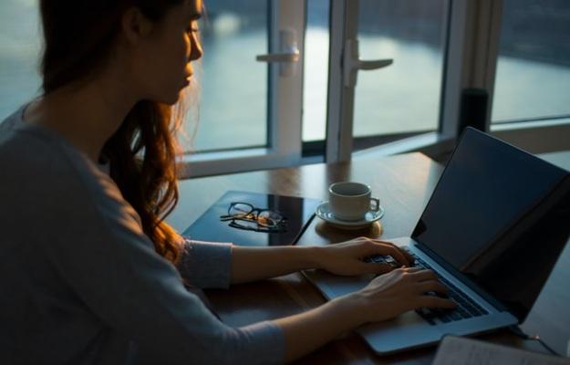 लॉकडाउन में घर से काम कर रहे हैं, इन 7 तरीकों से दूर करें वर्चुअल मीटिंग की थकान