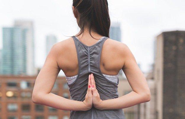 कंधे के लचीलेपन को बढ़ाने के लिए करें ये आसान कसरत - Kandhe ke lachilepan ko badhane ke liye exercise in Hindi